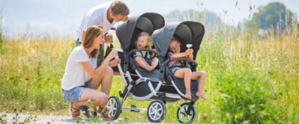 Familj med syskonvagn