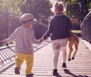 Syskon som håller hand